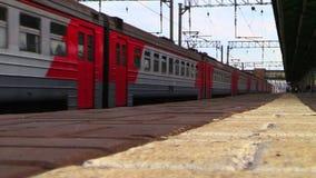 De trein komt bij het station aan Het schieten op het lage punt stock footage