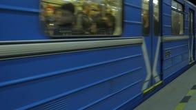 De trein komt bij metropost aan Stads ondergrondse metro post Trein die metro post verlaten stock videobeelden