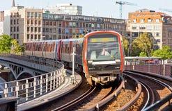 De trein komt bij Post u-Bahn in Hamburg, Duitsland aan Royalty-vrije Stock Foto