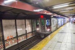 De trein komt in de ondergrondse post in New York aan Stock Foto