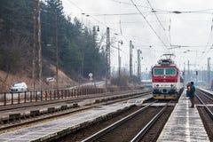 De trein komt in het station van Ruzomberok, Slowaak aan Stock Afbeelding