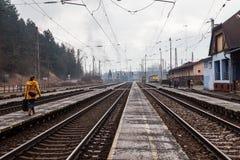 De trein komt in het station van Ruzomberok, Slowaak aan Stock Fotografie
