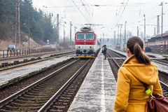 De trein komt in het station van Ruzomberok, Slowaak aan Stock Afbeeldingen