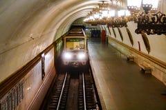 De trein komt op het platform, hoogste mening aan royalty-vrije stock afbeelding