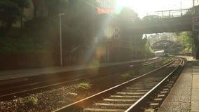 De trein komt uiteindelijk in de post stock video