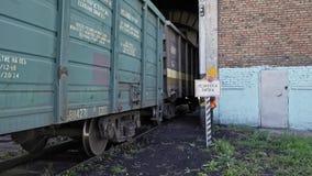 De trein met wagens gaat spoorwegdepot in stock videobeelden