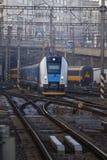 De trein nadert de post per spoor Concept: treinreis royalty-vrije stock afbeeldingen