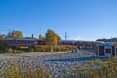 De trein op de manier halden post Stock Afbeeldingen