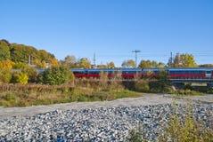 De trein op de manier halden post Stock Afbeelding