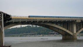 De trein reist over de brug tegen de hemel en de koepels van de kerk Buiten verlaten stadsmetro Openbaar vervoer  stock video