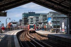 De trein S -s-bahn komt op de post van Hamburg Baumwall in Hamburg aan Stock Foto's