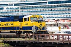 De Trein van Alaska en Cruiseschip in Whittier Stock Foto