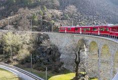 De Trein van alpen op viaduct royalty-vrije stock foto's