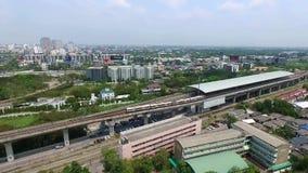 De Trein van Bangkok aan Luchthaven, Verbinding aan Suvarnabhumi-Luchthaven, Thailand, Luchtvideo stock footage