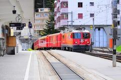 De trein van Chur komt aan de post van Arosa aan Royalty-vrije Stock Afbeeldingen