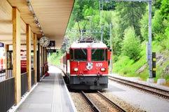 De trein van Davos komt aan Filisur-post aan Stock Fotografie