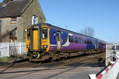 De trein van de Dmupassagier bij Naakt Steegstation Stock Afbeelding