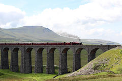 De trein van de Fellsmanstoom op Ribblehead-Viaduct Stock Afbeeldingen
