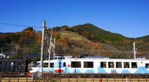 De trein van de Fuji expresdienst bij Kawaguchiko-Post Royalty-vrije Stock Afbeelding