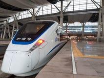 De trein van de hoge snelheid bij post stock fotografie