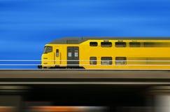 De trein van de hoge snelheid op een vage achtergrond Royalty-vrije Stock Foto
