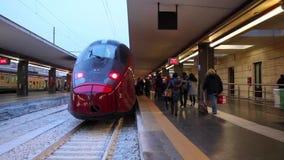 De trein van de hoge snelheid in post stock videobeelden