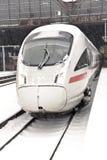 De trein van de hoge snelheid in post in Wintertijd Stock Fotografie