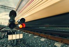 De trein van de hoge snelheidspassagier op sporen met het effect van het motieonduidelijke beeld stock fotografie