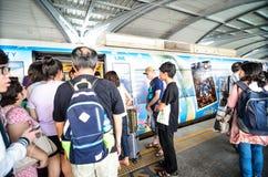 De trein van de luchthavenverbinding bij een post in Bangkok Stock Afbeelding