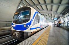 De trein van de luchthavenverbinding bij een post in Bangkok Stock Fotografie