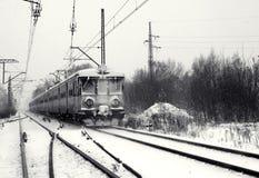 De trein van de spoorweg in de winter Stock Afbeeldingen