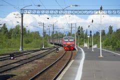 De trein van Heilige Petersburg komt bij het gebied van postpetrokrepost Leningrad aan Royalty-vrije Stock Fotografie