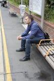 De trein van het jonge mensenwachten Stock Afbeelding