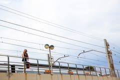 De trein van het meisjeswachten in metroteken Stock Afbeeldingen