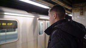 De trein van het mensenwachten bij metro stock videobeelden