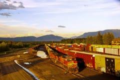 De trein van het vervoer bij de zonsondergang Royalty-vrije Stock Afbeeldingen