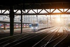 De trein van Korea op spoorweg met horizon in Seoel, Zuid-Korea voor RT stock afbeeldingen