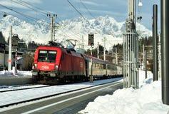 De trein van QBB Oostenrijk komt in het station aan Stock Fotografie