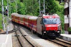 De trein van Sankt Moritz komt aan Filisur-post aan Royalty-vrije Stock Afbeeldingen