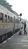 De trein van Thailand loopt op de spoormanier royalty-vrije stock afbeeldingen
