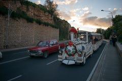 De trein van de toeristenweg op de weg stock afbeeldingen