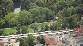 De trein verdrijft van een posttrog een stad stock video