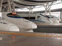 De treinen van de hoge snelheid bij post Stock Afbeelding