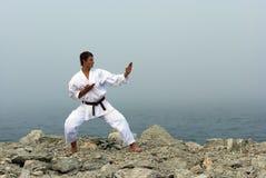 De treinen van de karate op de kusten van het overzees Stock Afbeeldingen