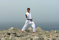 De treinen van de karate op de kusten van het overzees Stock Afbeelding