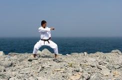 De treinen van de karate op de kusten van overzees Stock Foto's