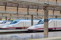 De treinen van de hoge snelheidspassagier stock afbeeldingen