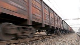 De treinlading van de steenkool in motie Stock Foto