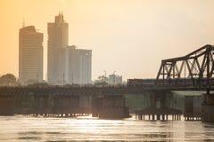 De treinlooppas langs Lange Bien-brug in mooie zonsondergang Hanoi, Vietnam royalty-vrije stock foto