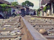 De treinsporen gaat door het Dorp Stock Foto